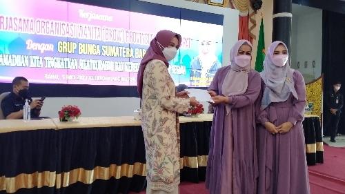 Berkah Ramadan, Group Bunga Sumbar Bagikan 185 Paket Bantuan