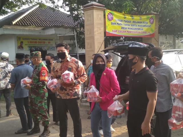 Gandeng Anggota Dewan , Perusahaan Cikarang Nusantara Bagikan Takjil Pada Pengguna Jalan Dan Buruh