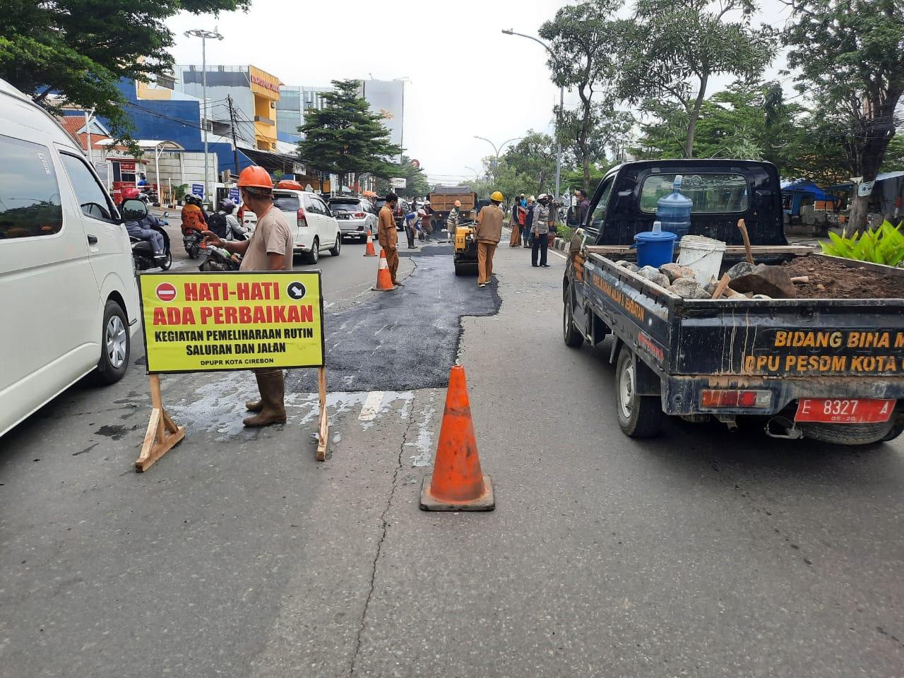 Cara Kasat Lantas Polres Ciko, Layani Masyarakat Dengan Giat Pengaspalan Jalan Raya