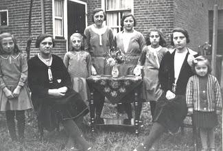 Photo: Jannie, Cor, Miep Neeltje, Trien, Adri, Marrigje en Jaantje Romeijn