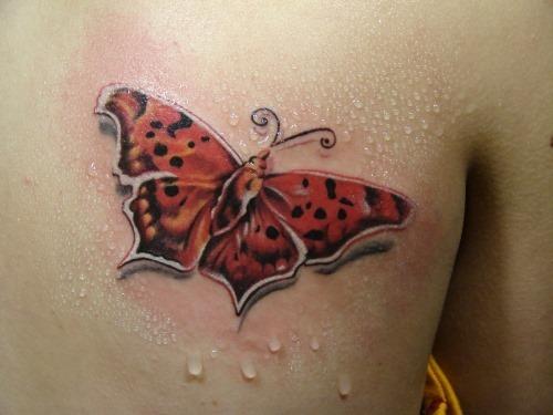 vermelho_tatuagem_de_borboleta_nas_costas