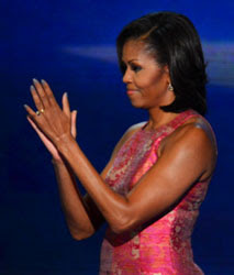 michelle-obama-using-platinum-nail-polish