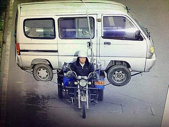 Motocicleta transportando camioneta
