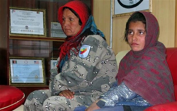 爆弾ベスト着て自爆テロ強要されたアフガニスタン少女(10歳)を拘束