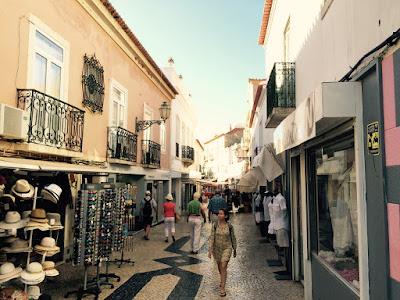 En gågate gjennom gamlebyen, med butikker og serveringssteder på begge sider.