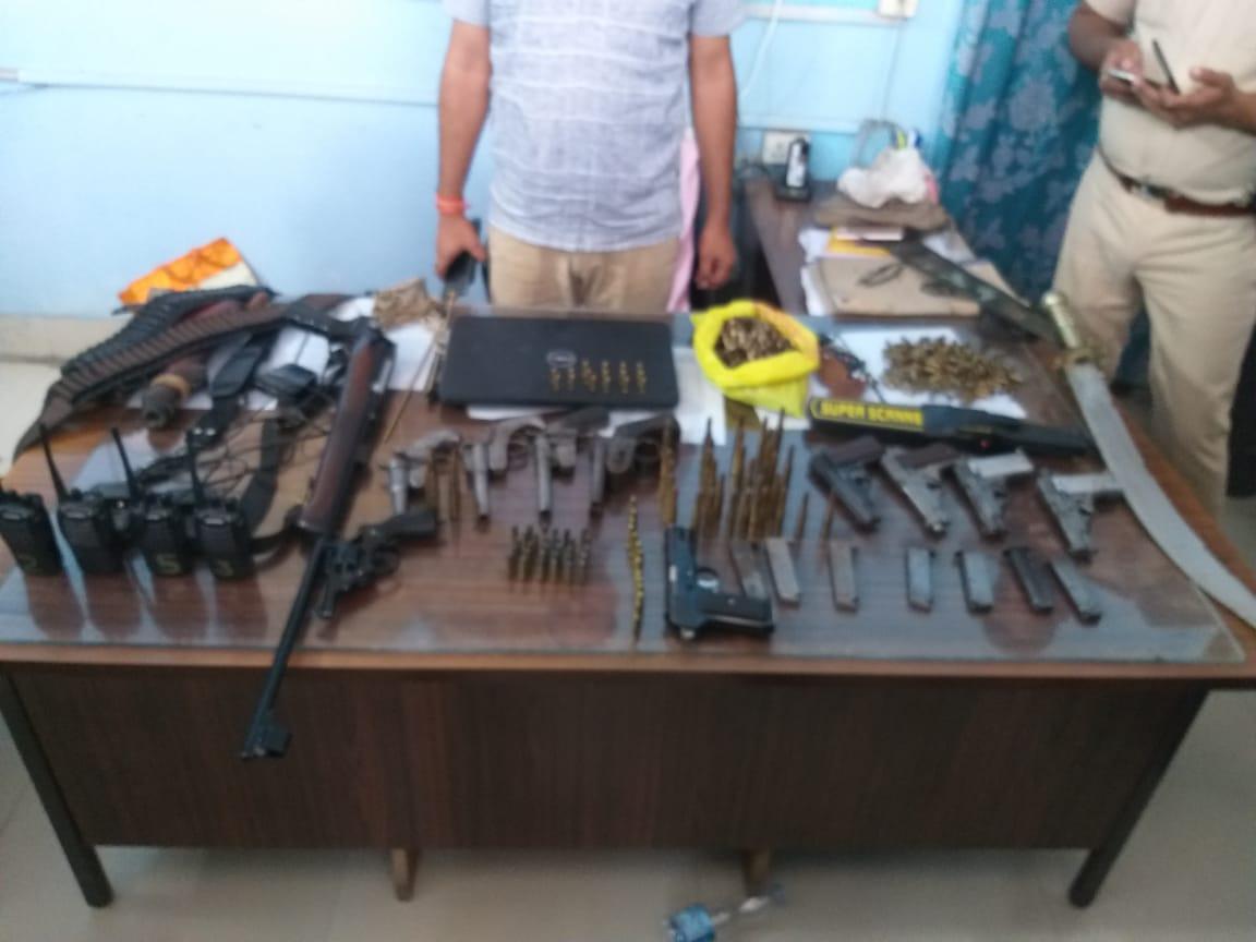 हाजीपुर में पुलिस ने चंदन सिंह के घर से किया हथियारों का जखीरा बरामद