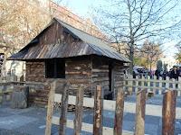 30 a Hviezdoslav téren felállítottak egy faházikót, bárki megtekintheti.JPG
