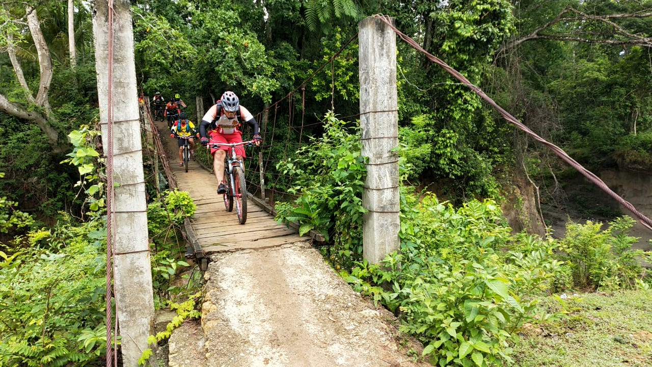 Gowes Brimob Bone Masuk Hutan Susur Sawah dan Sungai Temui Masyarakat Di Pelosok