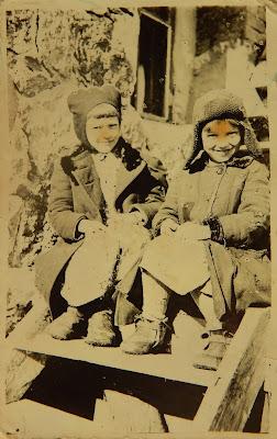 Слева Ольга Шлыпкина в капоре (шапка) и Вера Криллова (беженка из Петергофа) на крыльце дома в Узново.Фотографировал немецкий солдат.(фото из личного архива О.И. Шлыпкиной)