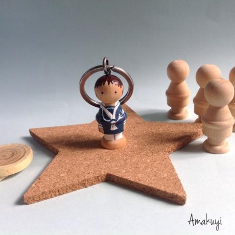 Recordatorios-comuniones-llavero-handmade-muñeco-madera-personalizado