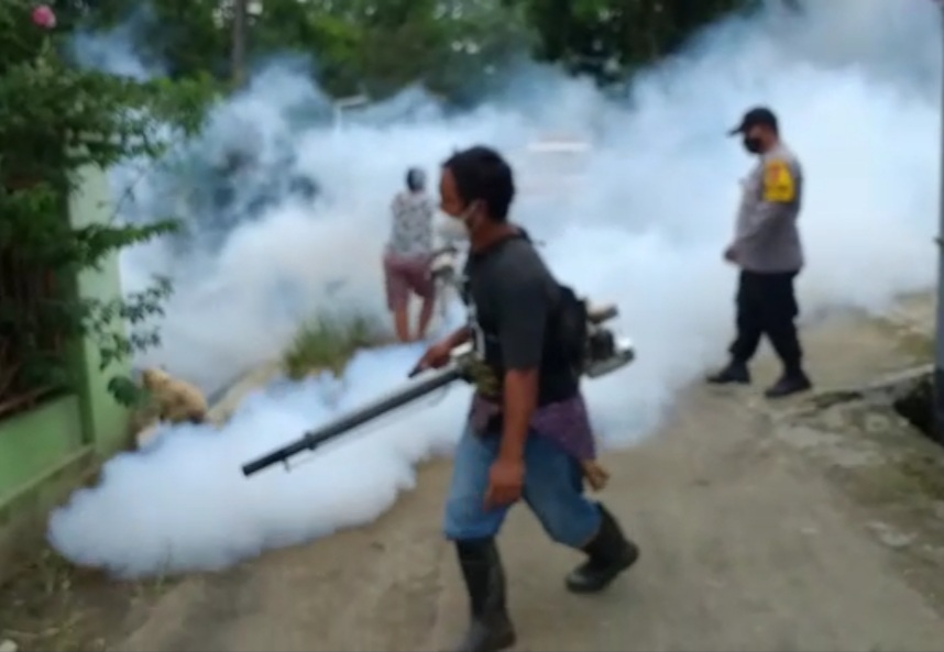 Pasca Banjir, Personel Polres Majalengka Polda Jabar Bantu Fogging