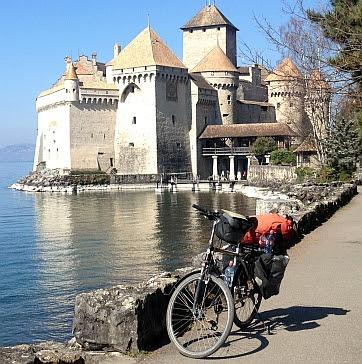 Mit dem Fahrrad 'Panther Dominance Trekking' vor dem Château de Chillon bei Montreux am Nordufer des Genfer See / Lac Léman, Schweiz