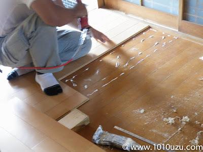 現在の床板に重ねてフローリング材を張る
