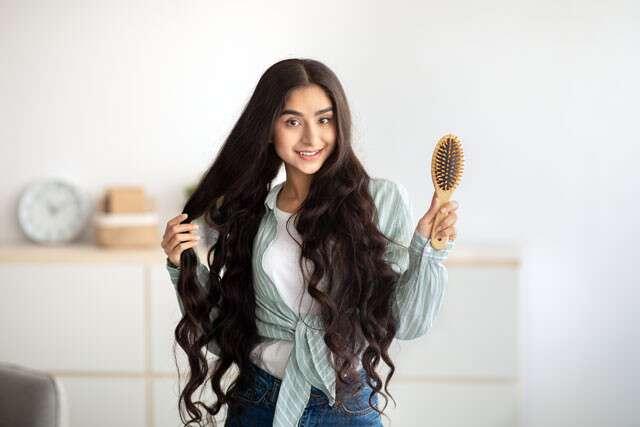كيفية الحصول على شعر أكثر كثافة: مشط بلطف
