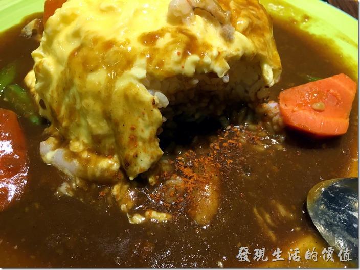 [台北南港]本家咖哩。滑蛋蟹肉咖哩飯,NT130。如果覺得咖哩的味道不夠,可以自己加咖哩粉來提昇風味,工作熊覺得咖哩粉的味道還不錯,裡頭應該還有辣椒,因為吃起來辣辣嗆嗆的。