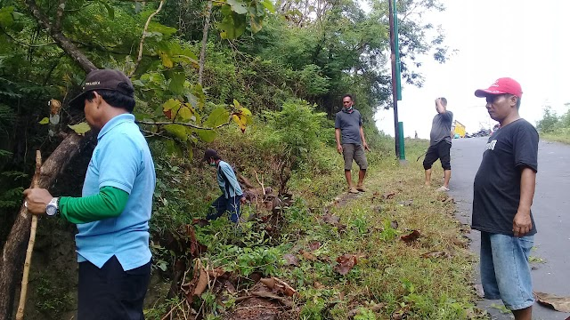 Dalam Rangka Menyambut Bulan Puasa:Warga Kedungpoh Giat Bersih-Bersih Jalan Ruas Nglipar-Ngawen