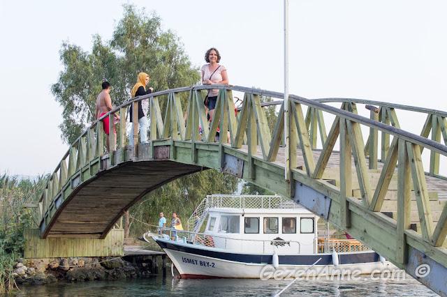 Akyaka'da genelde gençlerin azmağa atlamak için kulandıkları ahşap azmak üstü köprüsünde