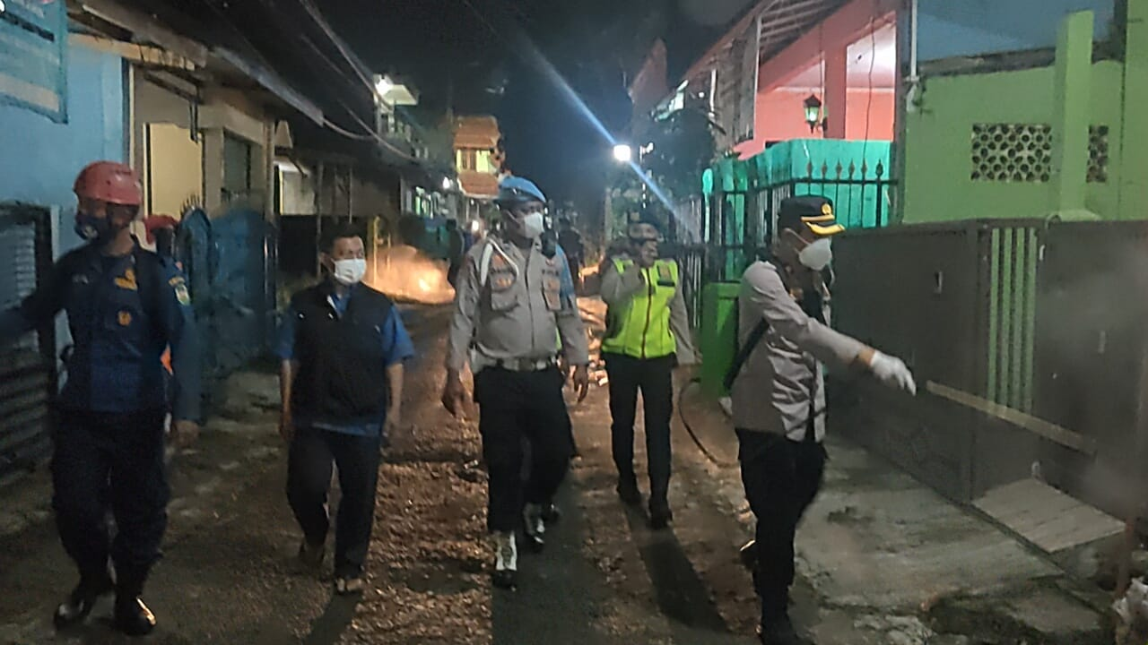 Polres Purwakarta dan Dinas Terkait Lakukan Penyemprotan Disinfektan di Wilayah Zona Merah