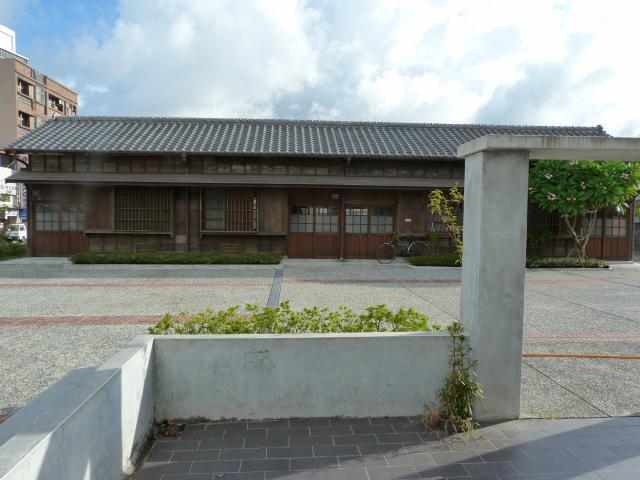 un autre bâtiment d architecture Japonaise à côté