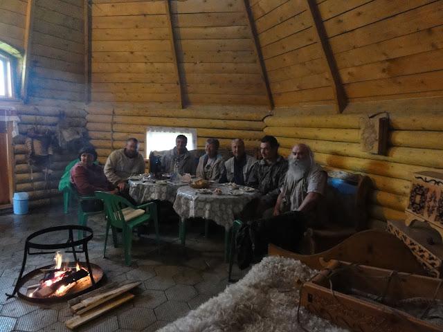 """Lépidoptéristes de l'ALF et guides russes à l'hôtel """"Ak Boom"""" (alt. 1600 m), Seminskij pereval. 7 juillet 2010. Photo : B. Lalanne-Cassou"""
