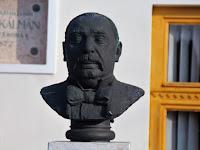 01 Gáti Gábor alkotása a szklabonyai Mikszáth Kálmán Emlékház előtt .jpg