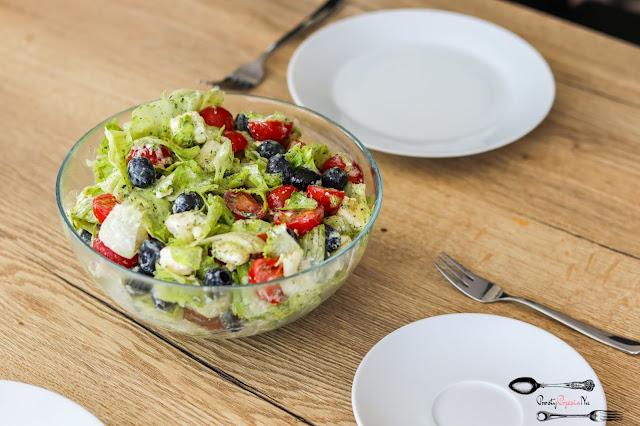 sałatki, sałatka z fetą,sałatka z sałatą lodową,sałatka z pomidorkami,salatka z oliwkami, szybka sałatka, sałatka na grilla