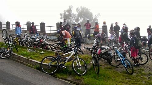 Ketika kami sarapan, ternyata kabut turun dan menghalangi pandangan. Keberangkatan rombongan ditunda dulu sekitar 15 menit.