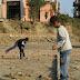Op de ricepaddy spelen de kinderen met een chungy