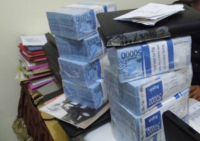 Bingung, warga Ngawi ini mengubur uang ratusan juta hasil jarahannya di dalam kamar tidur