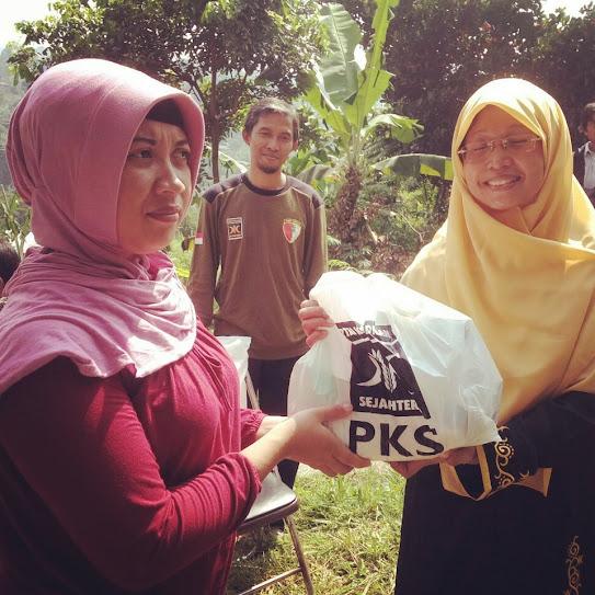 Ibu Salmiah Rambe (kanan) serahkan paket sembako secara simbolis