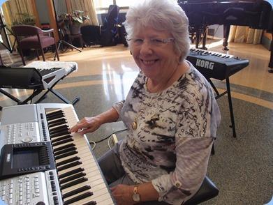 Barbara Powell playing the Yamaha PSR-3000. Photo Courtesy of Dennis Lyons.