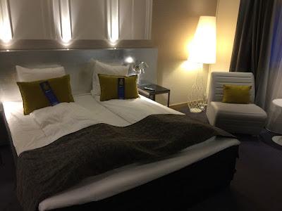 Hotellrom med dobbeltseng.