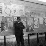 050-Együttélés kampány 1990 - DM az Együttélés plakátjai előtt.jpg
