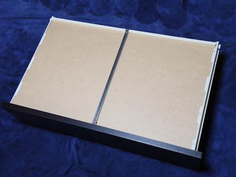 引き出しの底板がたわまないように金属製の桟を取付け