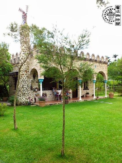 綠油油草地配上西班牙建築的魔法咖啡屋,映入眼簾很舒服