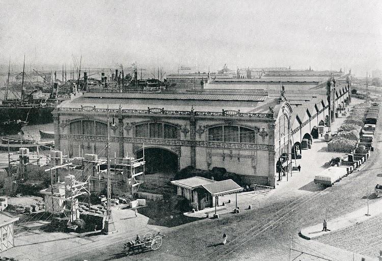 Nave extrema del deposito nº 4. Del libro Puerto de Valencia. Memoria Sobre el Progreso y Estado de las Obras durante el Año 1913.JPG