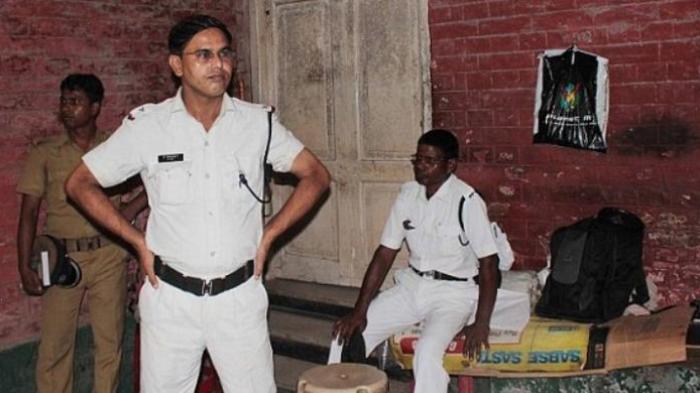 Pria India Ini Terus Memberi Makan Kerangka Saudara Perempuannya