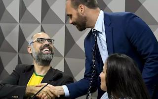 Eduardo Bolsonaro ofereceu ajuda para Allan dos Santos deixar o país