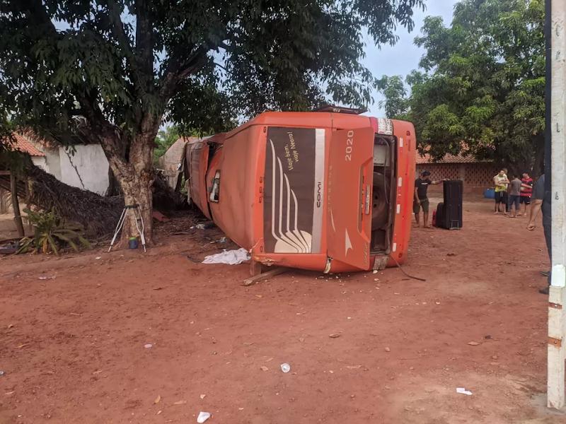 Ônibus tomba e deixa três mortos na BR-316 em Peritoró-MA