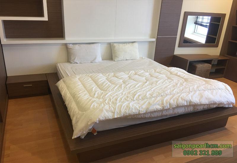 phòng ngủ 2 của căn hộ saigon pearl được lót sàn gỗ