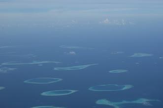 Photo: Süd Male Atoll, Fihalhohi rechts oben unter der Wolke