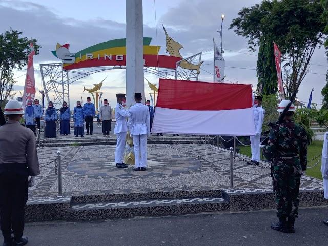 Sekdakab Kotabaru Pimpin Pengibaran Bendera di HUT RI ke 76
