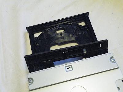 DVDドライブのベゼル外す