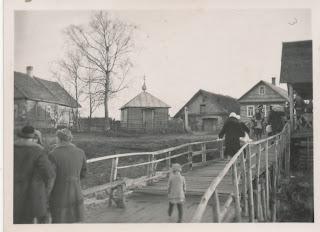 Пристань и часовня(из личного архива Тамары Николаевны Элксниньш-Поплёвкина)