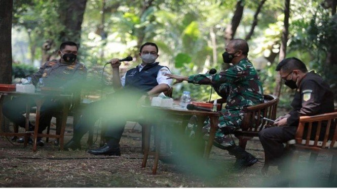 Penampakan Anies, Kapolda dan Pangdam Rapat di Bawah Pohon Monas