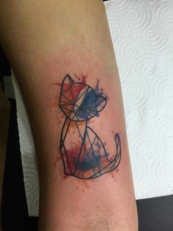 minimalista_aquarela_gato_braço_de_tatuagem