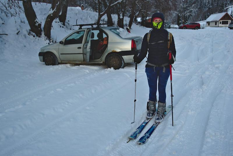 Infooliti la plecarea din plaiul Foii, cu plecat de pe schiuri direct de la masina, asa cum ar trebui sa inceapa orice tura ideala de schi de tura.