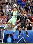 A portugál Cristiano Ronaldo (b) és a walesi Joe Allen a franciaországi labdarúgó Európa-bajnokság elődöntőének Portugália - Wales mérkőzésén, Lyon, 2016. július 6-án. (MTI Fotó: Illyés Tibor)