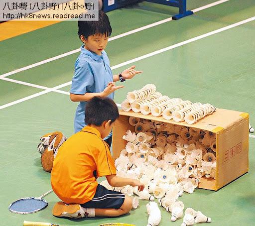 練習完畢,林熙和朋友仔一起幫忙整理羽毛球。