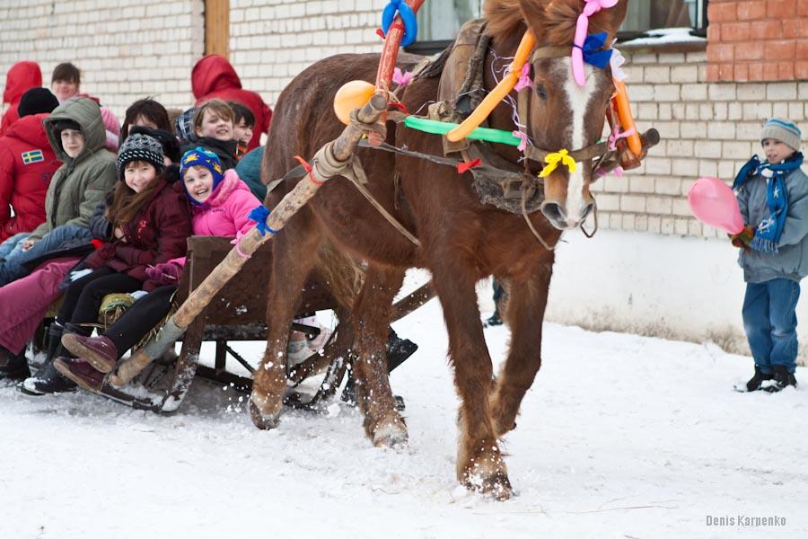 Дети катаются на санях во время праздования масленицы в Ветринской школе-интернате.  / 5 марта 2011г. / д.Быковщина, Беларусь